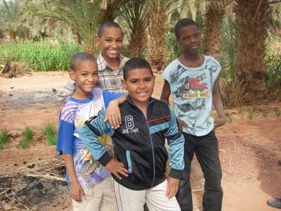 Enfants dans une palmeraie à Reggane