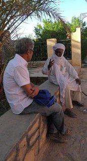 Larbi Benchiha et un témoin des essais nucléaires dans le Hoggar